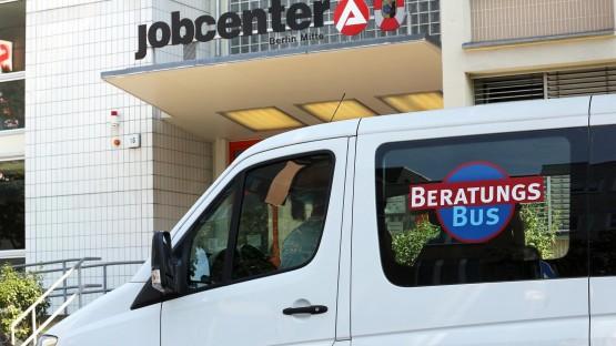 """Ein """"Beratungs-Bus"""", die mobile Hartz IV-Beratung, steht am 03.08.2015 vor dem Jobcenter in der Müllerstraße in Berlin. (dpa / Wolfgang Kumm)"""